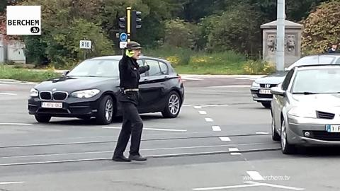 Onbekende man regelt verkeer in Berchem