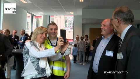Minister Crevits feliciteert Ludo Van Campenhout Berchem TV