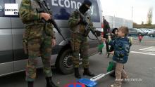 Kind geeft tijdens Berchemse Sinterklaasstoet ook snoepjes aan militairen die luchthaven van Antwerpen bewaken