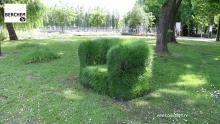 Sofa's van gras in straatbeeld van Berchem