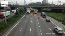 Gekantelde vrachtwagen staat terug recht in Berchem